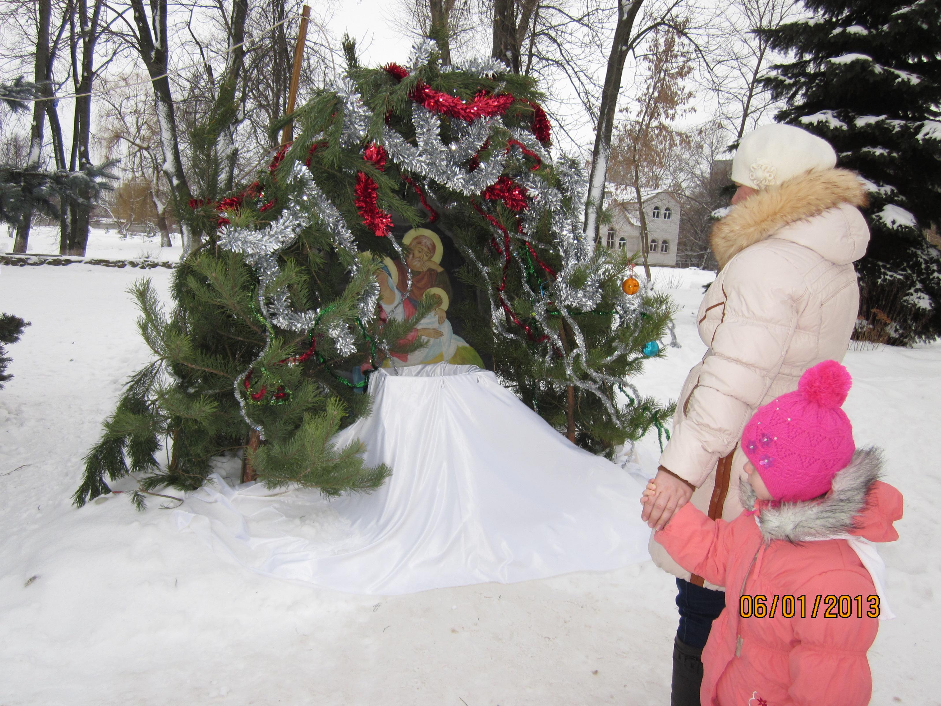 Рождественский вертеп во дворе храма